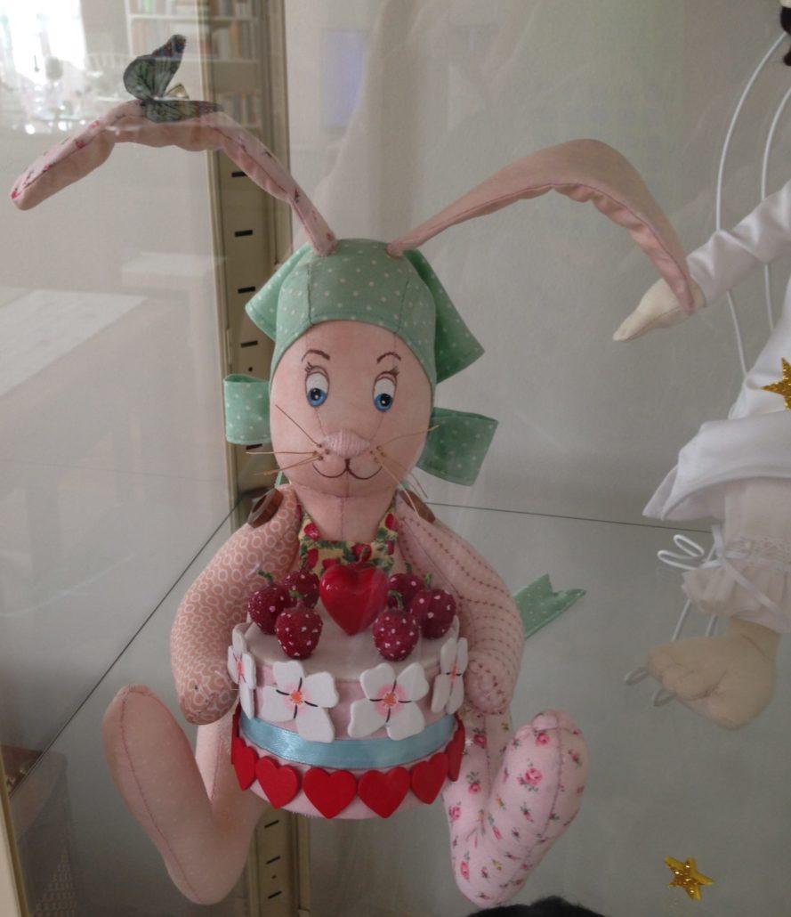 Muñeco del personaje protagonista del cuento Alma y su pastel de la felicidad