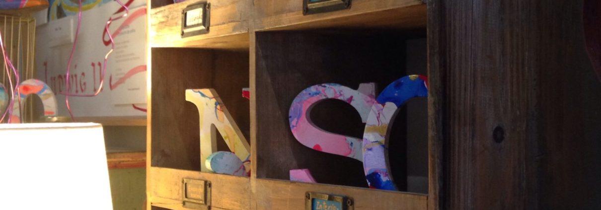 Letras marmorizadas realizadas por el Taller de Proyectos creativos asiDeCool