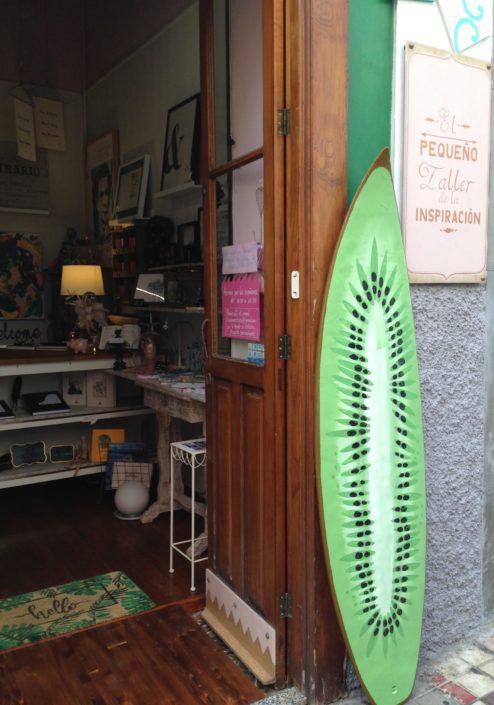 Proyecto nuevos soportes artisticos en tablas de surf realizada por el Taller de Proyectos creativos asiDeCool.