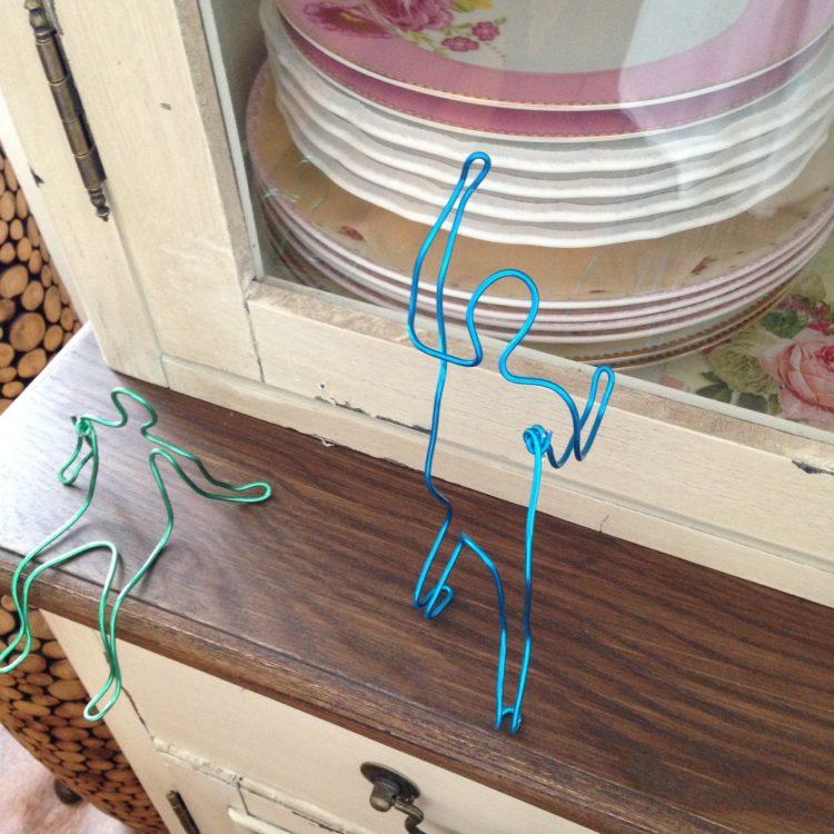 mini esculturas de alambre azul y verde realizada por el Taller de Proyectos creativos asiDeCool
